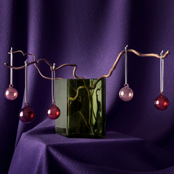 6411923672504-Iittala-Glazen-kerstbal-rood-setvan5-sfeer.jpg